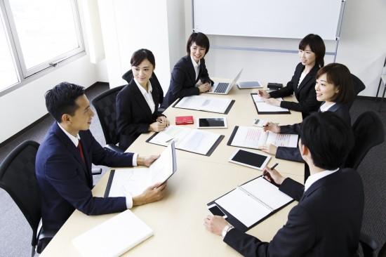 Cuộc họp buổi sáng, cuộc họp kết thúc trong ngày hoặc bản tin nội bộ công ty cũng là cách thức liên lạc tốt